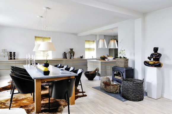 The old-fashioned heater in the kitchen and dining area can keep the whole house warm during winter