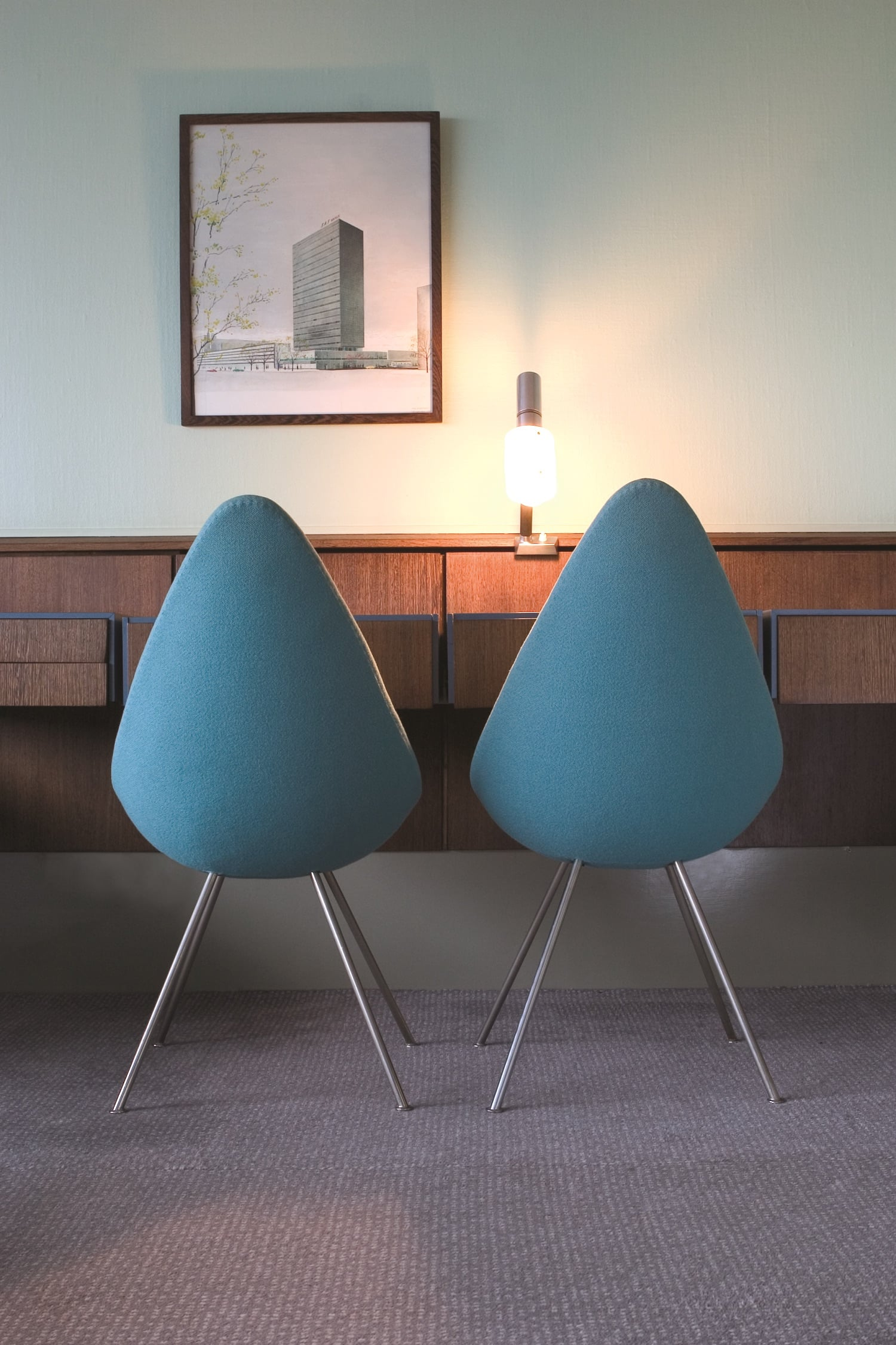 In room 606 of the Radisson Blu Royal Hotel, two Drop chairs by Arne Jacobsen offer an up-close view of a vintage photo of the building's exterior.